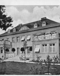 Каменный двухэтажный жилой дом легко может быть приспособлен в доходный на четыре квартиры. Стиль модернизованный ампир. Иллюстрация из книги Стори В.Г. «Дачная архитектура за границей». 1913