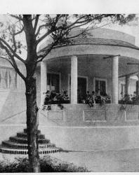 Часть фасада с красивой полукруглой верандой. Иллюстрация из книги Стори В.Г. «Дачная архитектура за границей». 1913