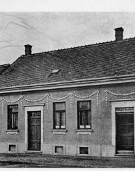 Небольшой каменный дом на две квартиры с самостоятельными входами. Иллюстрация из книги Стори В.Г. «Дачная архитектура за границей». 1913