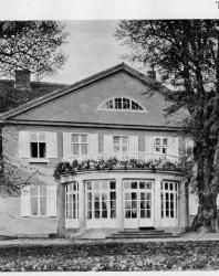 Часть (средняя) большого дома на несколько квартир или для сдачи по комнатам. Иллюстрация из книги Стори В.Г. «Дачная архитектура за границей». 1913