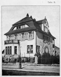 Каменный двухэтажный особняк, может быть приспособлен и под две самостоятельные квартиры. Очень удобное расположение комнат. Иллюстрация из книги Стори В.Г. «Дачная архитектура за границей». 1913