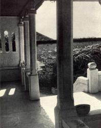Жилой дом с подклетью. Село Лазо, Оргеевский район. Галерея. Иллюстрация из книги «Каменный цветок Молдавии». Гоберман Д.Н. 1970