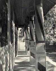 Галерея жилого дома. Лазо. Иллюстрация из книги «Каменный цветок Молдавии». Гоберман Д.Н. 1970