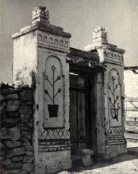 Калитка с изображениями вазонов на пилонах. Лазо. Иллюстрация из книги «Каменный цветок Молдавии». Гоберман Д.Н. 1970