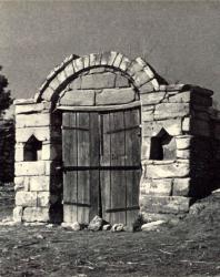 Заброшенный погреб. Лазо. Иллюстрация из книги «Каменный цветок Молдавии». Гоберман Д.Н. 1970