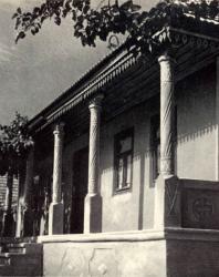 Неогражденная галерея жилого дома. Жаврены. Иллюстрация из книги «Каменный цветок Молдавии». Гоберман Д.Н. 1970