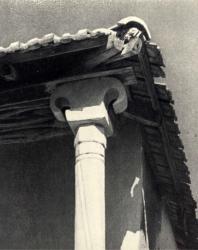Жилой дом с подклетью. Архитектурный фрагмент. Село Желобок, Оргеевский район. Иллюстрация из книги «Каменный цветок Молдавии». Гоберман Д.Н. 1970
