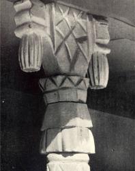 Капитель с кистевидными «подвесками», увенчивающая колонку галереи. Желобок. Иллюстрация из книги «Каменный цветок Молдавии». Гоберман Д.Н. 1970