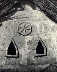 Резные украшения стены. Желобок. Иллюстрация из книги «Каменный цветок Молдавии». Гоберман Д.Н. 1970