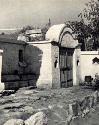 Часть дворика с погребом. Желобок. Иллюстрация из книги «Каменный цветок Молдавии». Гоберман Д.Н. 1970