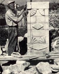 Возведение воротного пилона. Желобок. Иллюстрация из книги «Каменный цветок Молдавии». Гоберман Д.Н. 1970