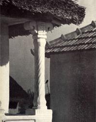 Угловая колонка галереи. Фурчены. Иллюстрация из книги «Каменный цветок Молдавии». Гоберман Д.Н. 1970