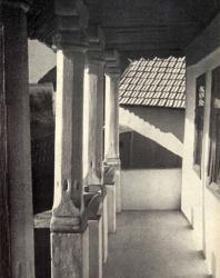 Внутренний вид галереи жилого дома. Фурчены. Иллюстрация из книги «Каменный цветок Молдавии». Гоберман Д.Н. 1970