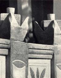 Цветочные изваяния на парапете крыльца. Фурчены. Иллюстрация из книги «Каменный цветок Молдавии». Гоберман Д.Н. 1970