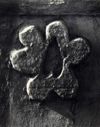 Декоративная розетка на воротном пилоне. Устье. Иллюстрация из книги «Каменный цветок Молдавии». Гоберман Д.Н. 1970