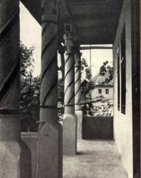 Галерея с витыми колонками. Слободка. Иллюстрация из книги «Каменный цветок Молдавии». Гоберман Д.Н. 1970