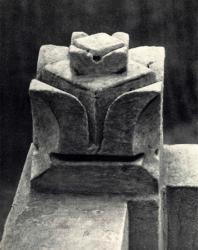 Изваяния цветка на ограждении крыльца. Слободка. Иллюстрация из книги «Каменный цветок Молдавии». Гоберман Д.Н. 1970