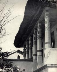 Колоннада галереи жилого дома. Слободка. Иллюстрация из книги «Каменный цветок Молдавии». Гоберман Д.Н. 1970