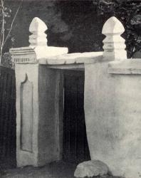 Старая калитка. Требужены. Иллюстрация из книги «Каменный цветок Молдавии». Гоберман Д.Н. 1970